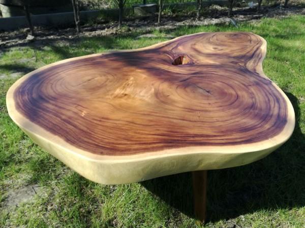Stolik kawowy na toczonych nogach z drewna suar