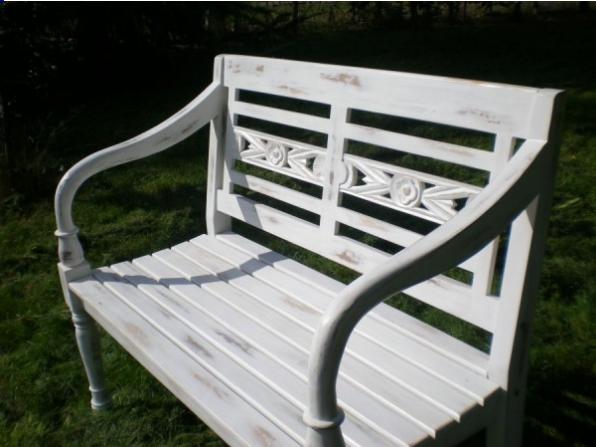 Biała ławka ogrodowa